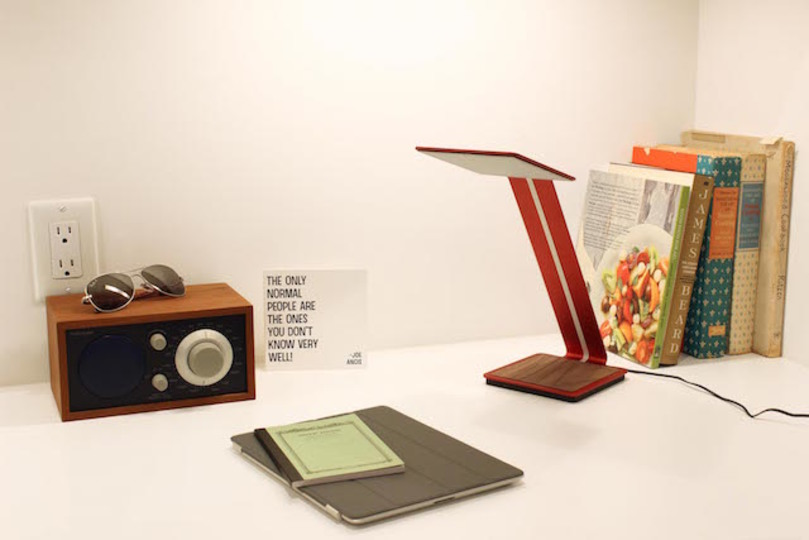 ワイヤレスで携帯充電も。世界初のOLEDデスクライト「aerelight」