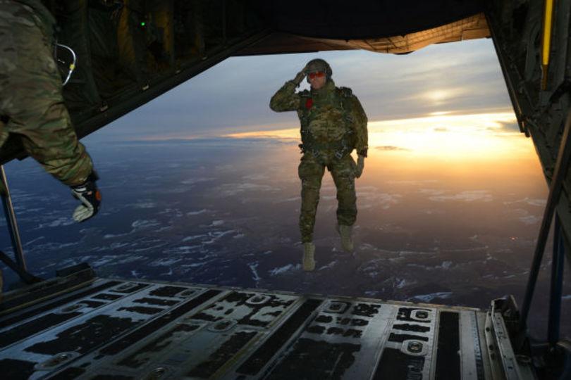 米軍特殊部隊員、ドイツで空の上を歩き機内へ突入!?