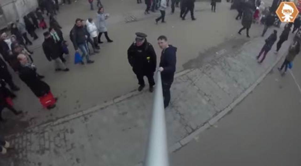 もーーーーーのすごく長いセルカ棒を使う人