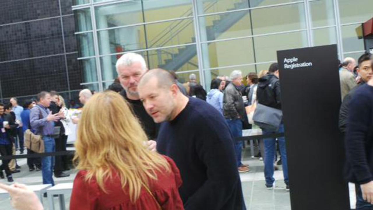 イベント会場外にはアップルのお偉いさんもちらほらと… #AppleLive