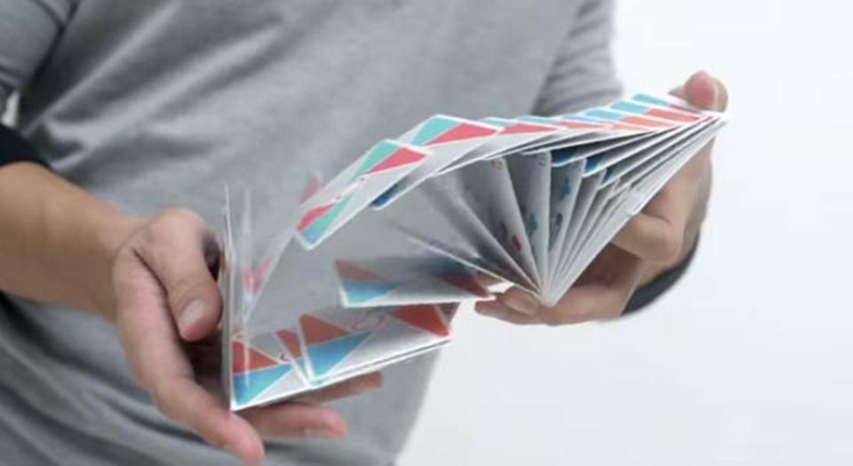 カードのシャッフルでここまで魅せる