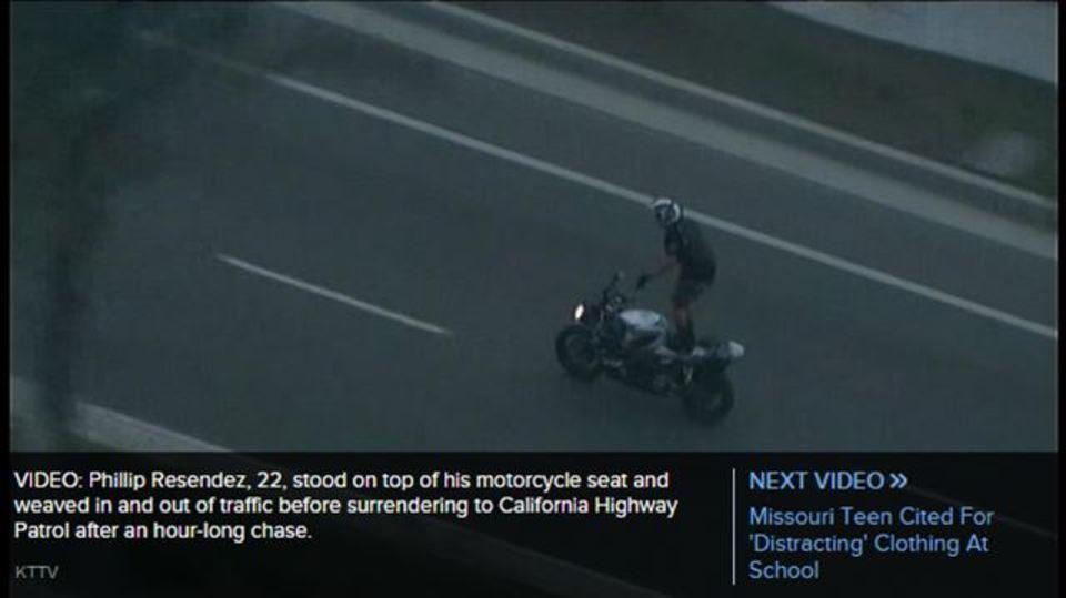 警察から逃げながらホンダのバイクに立って曲芸を披露する男