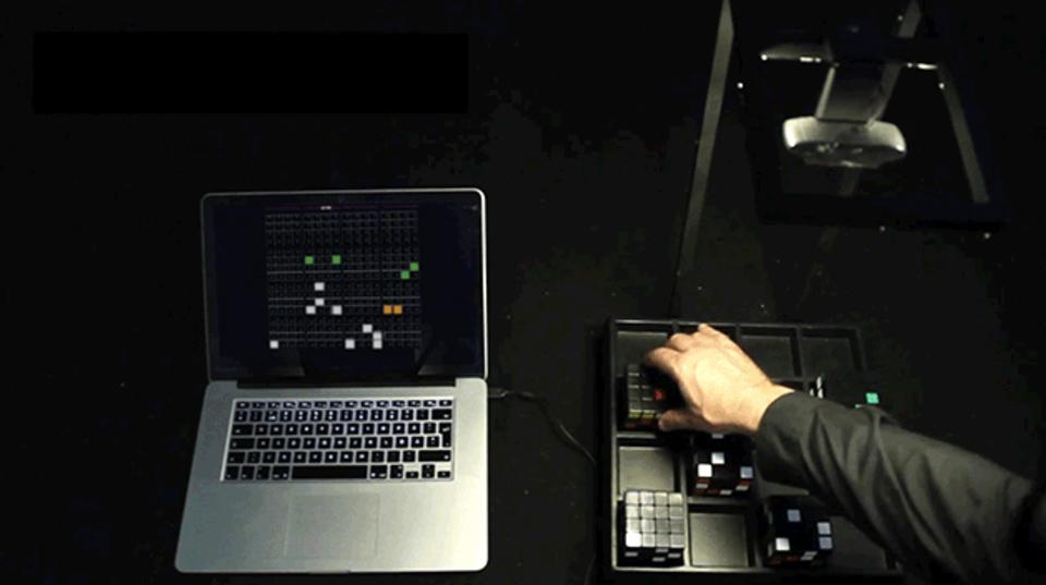 ルービック・キューブを解いて操作するシーケンサー