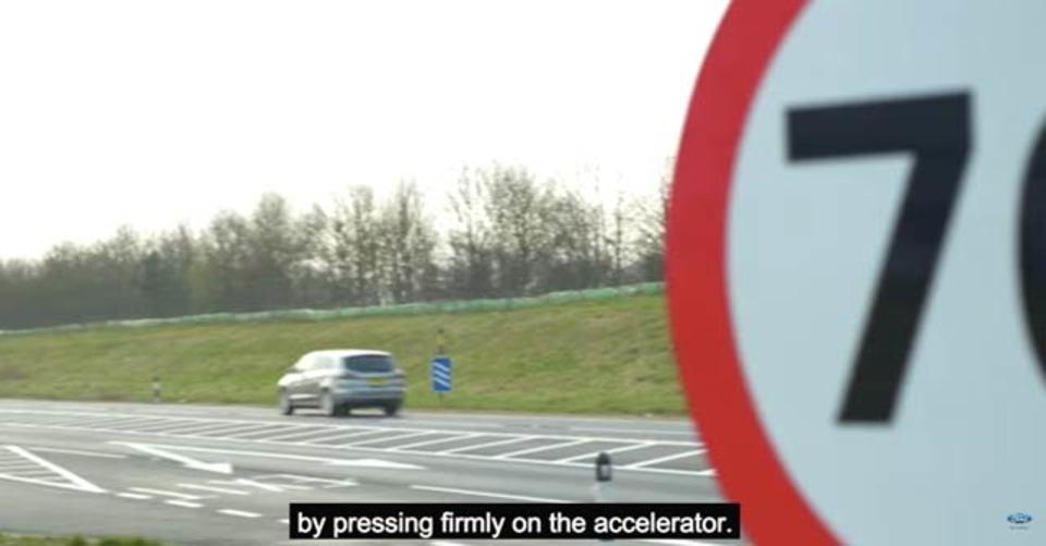 フォードが速度標識を認識して速度調整する車を開発