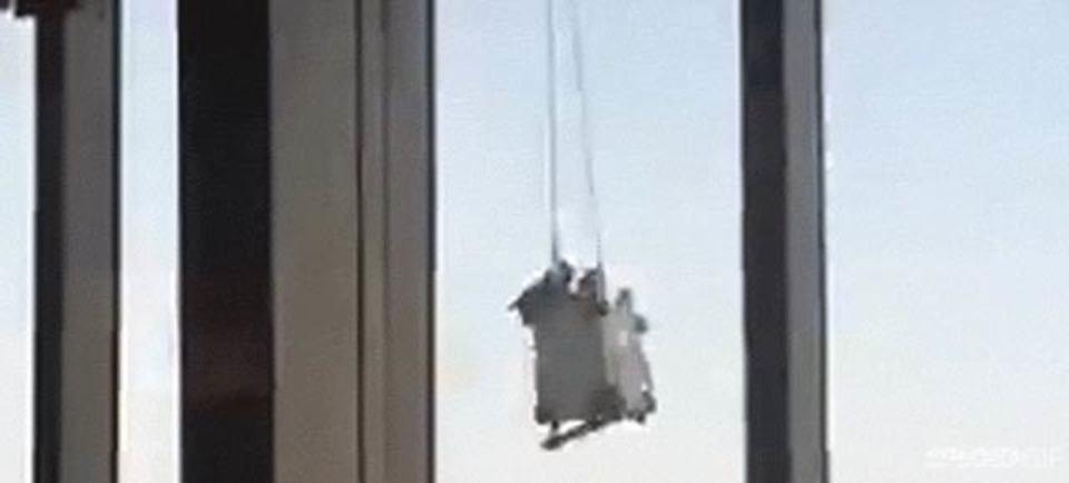 想像もつかない恐怖! 地上488メートルで窓掃除のゴンドラが揺れに揺れる
