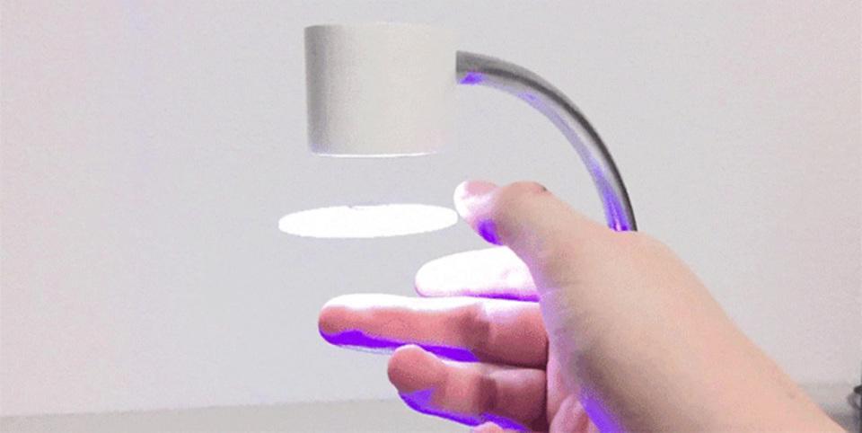 宙に浮かぶ「円盤」が光る不思議なランプ