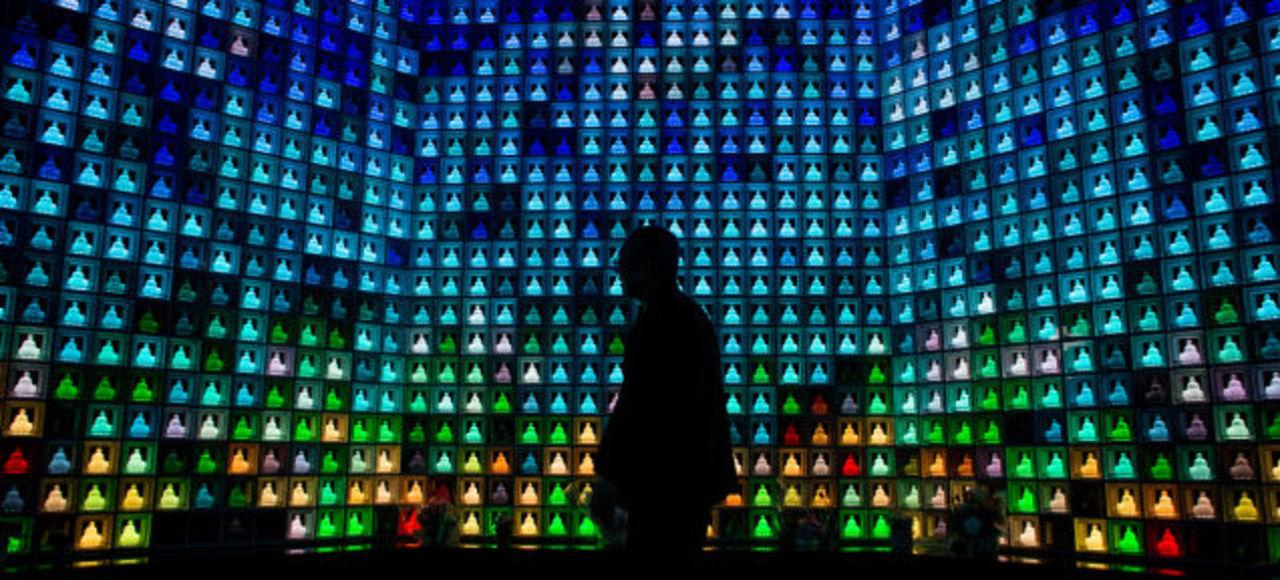 2046体の光り輝くLED仏、新宿のハイテク納骨堂が海外でも話題