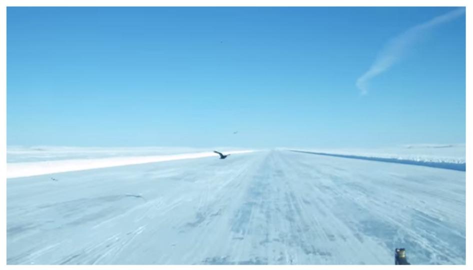 全長600キロ。冬限定、氷でできたハイウェイ