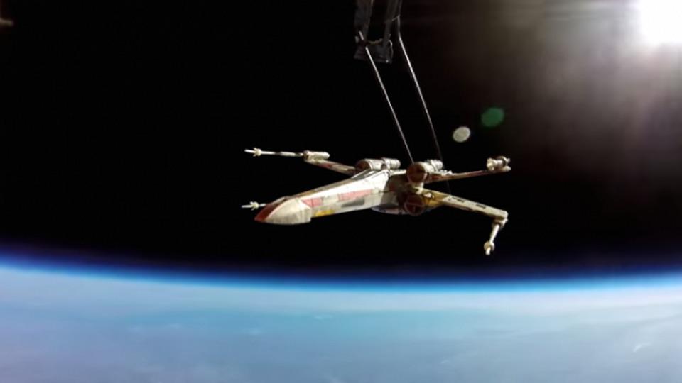 スター・ウォーズファン、Xウィングを宇宙へと飛ばす