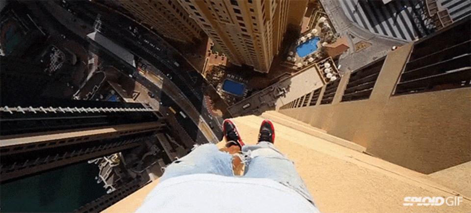 メンタル強ぇ。高層ビルの端を跳んで渡る恐怖の「パルクール」
