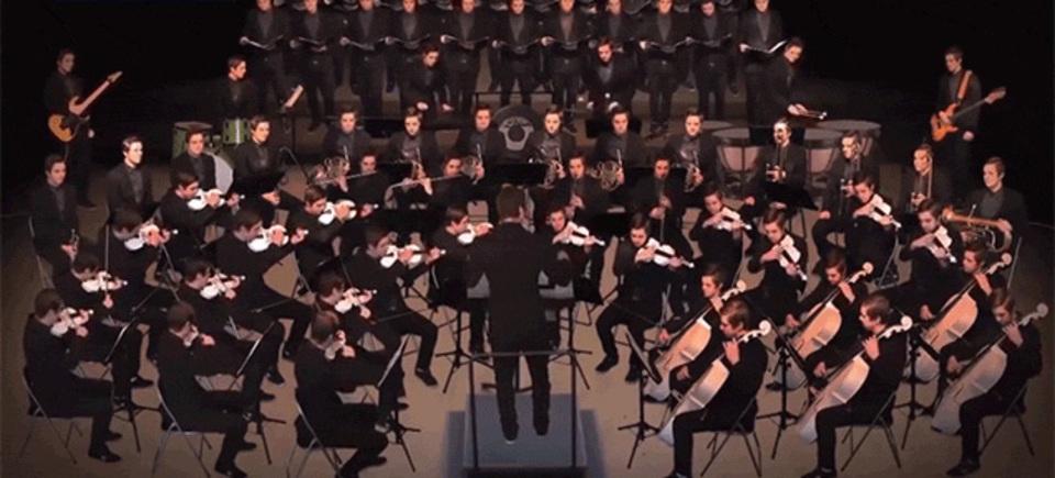問題:このオーケストラ、どこが普通じゃないか分かりますか?