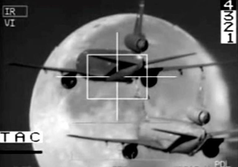 まるでSF映像、満月をバックに空中給油される飛行機