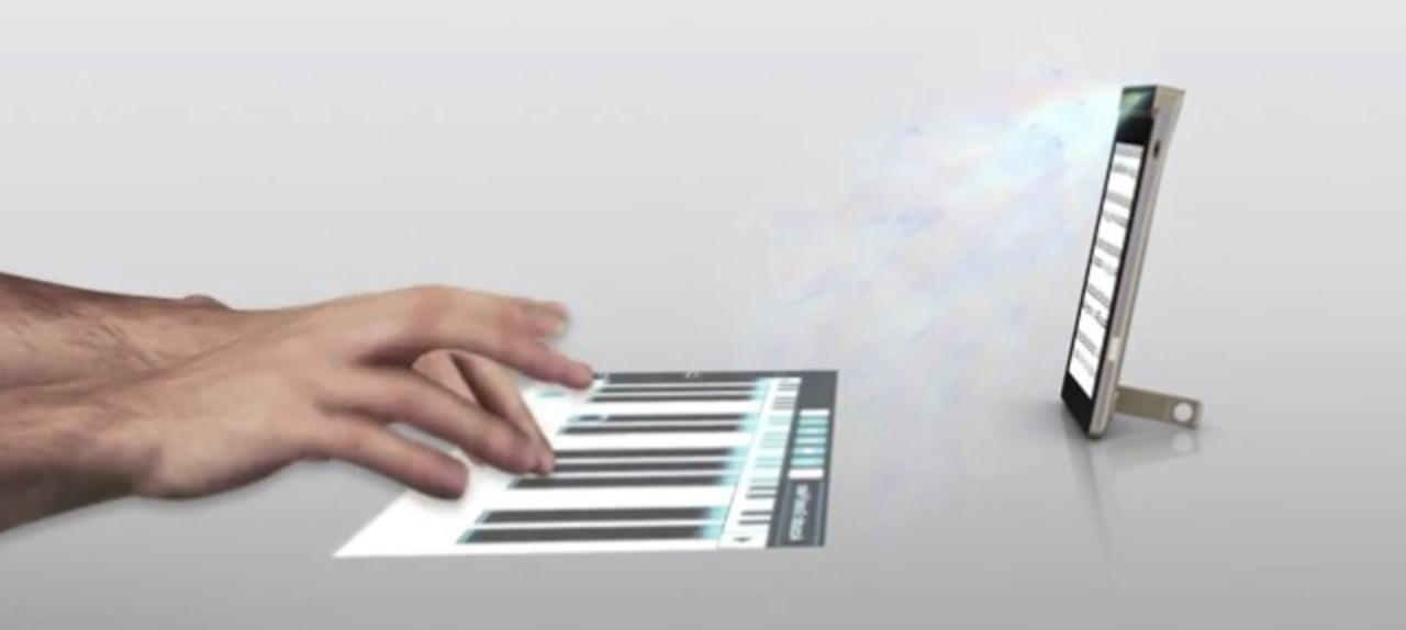 レノボ、投影キーボード内蔵の世界初スマートフォンを発表