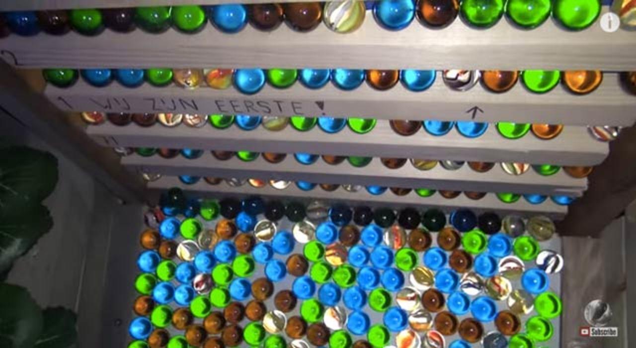 1万1000個のビー玉を一気にマシンに流し込みます