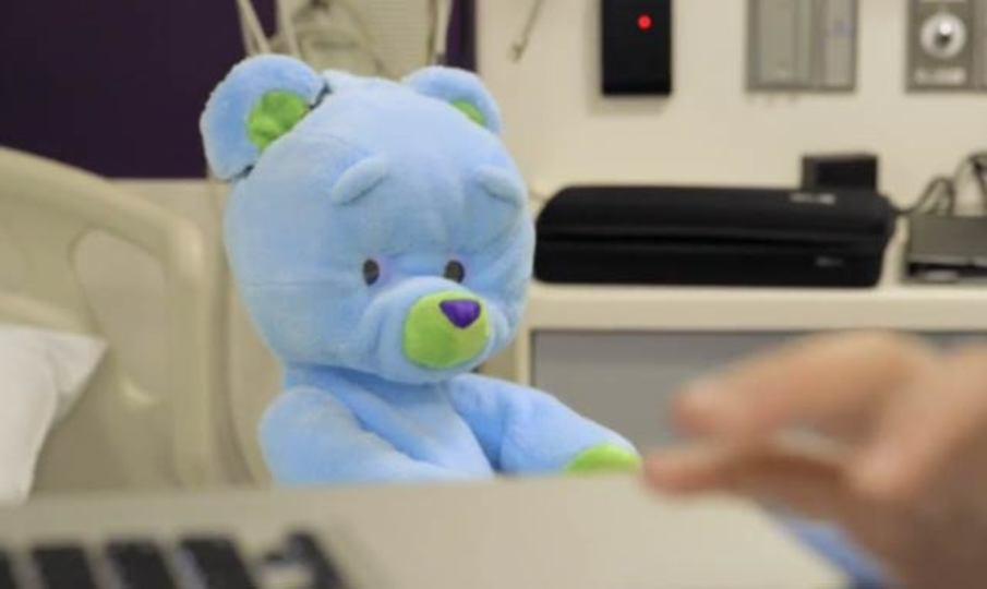 入院中の子どもたちのお相手は、ロボットのクマに任せよう