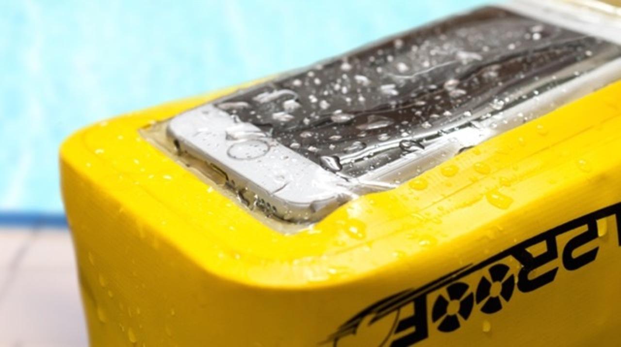 iPhone 6 Plusを操作できてペットボトルまで入る防水ポーチ