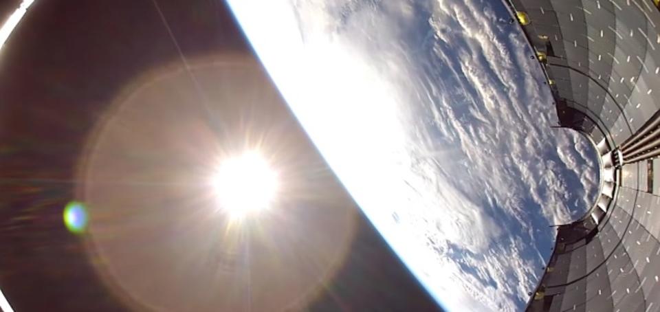 宇宙からのフリーフォールをGoProで捉えた優雅なひと時