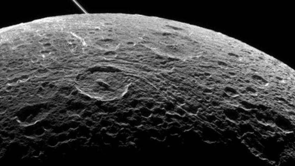 約500キロの「近距離」から撮影された土星の「月」画像