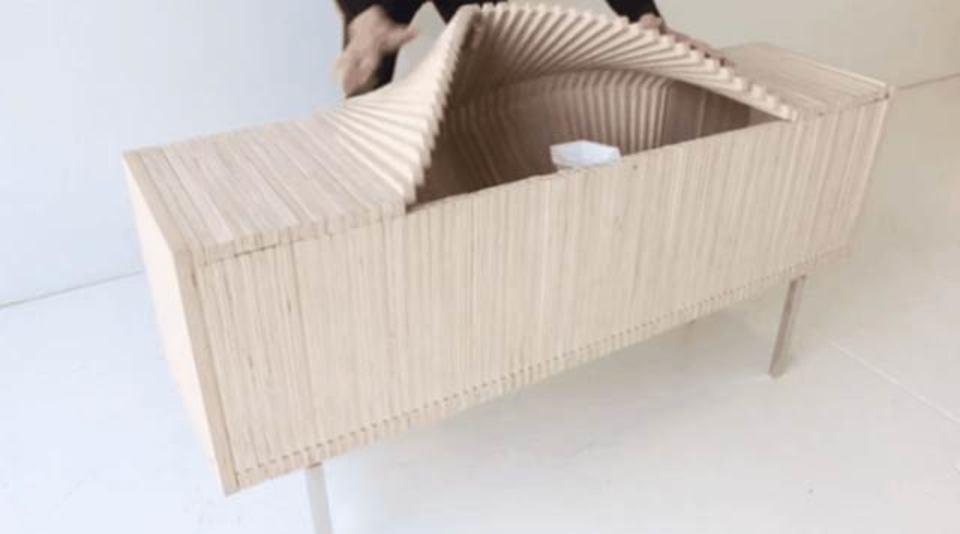 職人の技なめんな。昔ながらの技術だけでぐねぐね形を変える家具