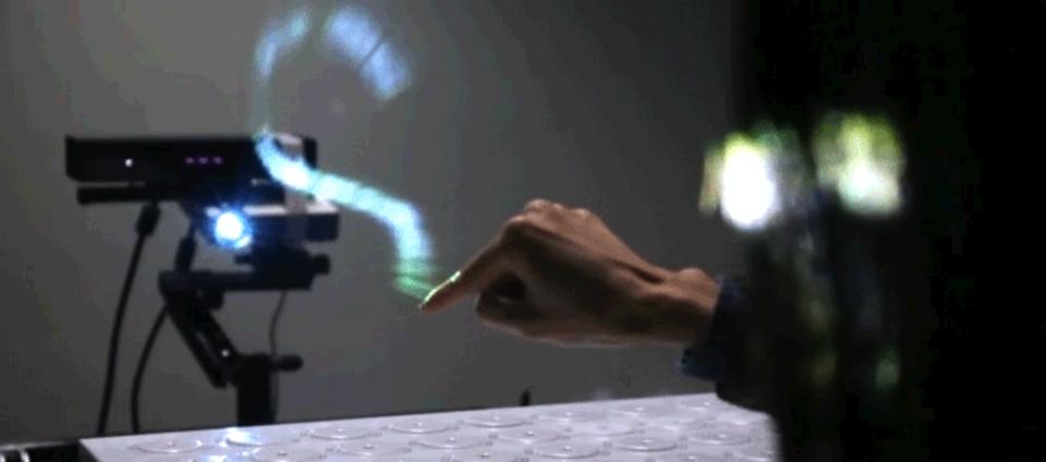 未来なう。空気中に指で絵が描けるホログラムディスプレイ登場