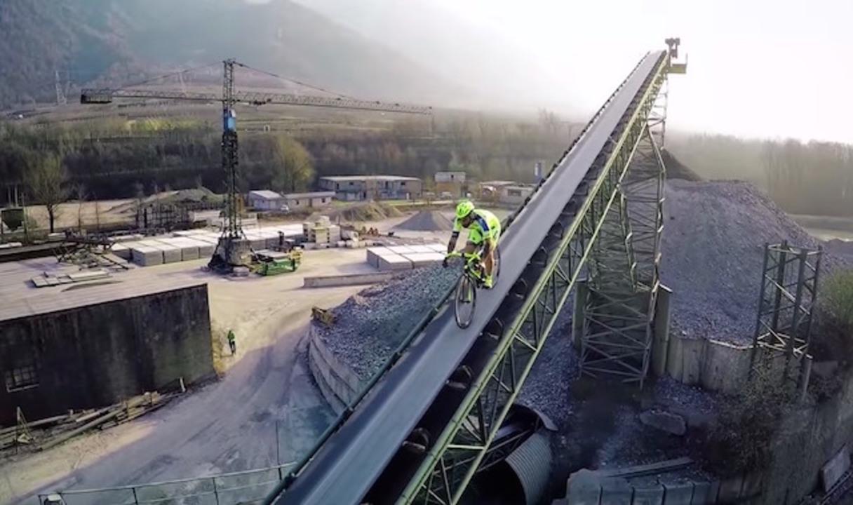 崖っぷちのレールの上を自転車で走るのって楽しいですよね