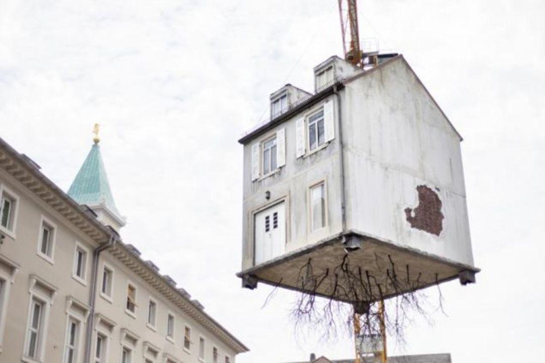 クレーンに吊るされて宙ぶらりん。空に浮かぶ家は、ドイツが仕掛けた愉快なアートだった!