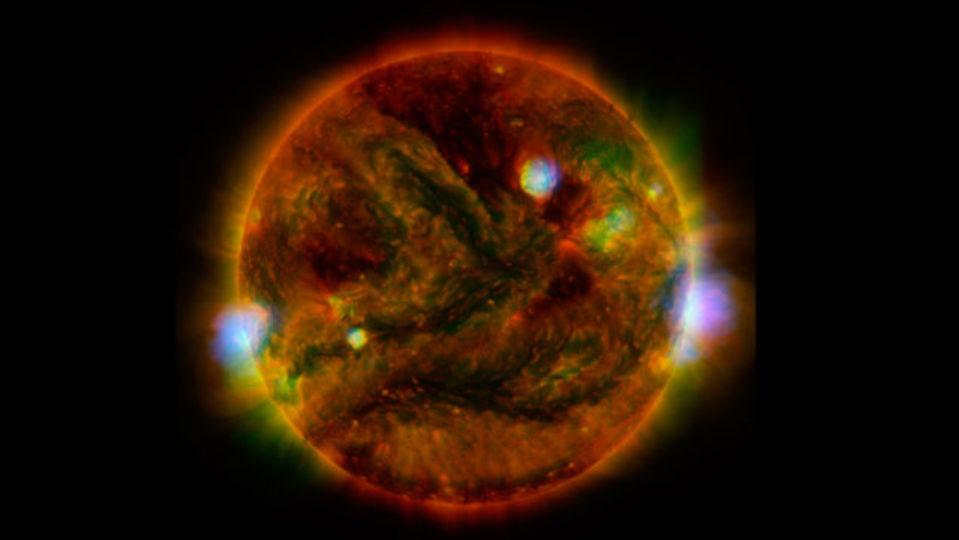 3つの衛星から眺めた太陽を合成。見たことのない美しさに