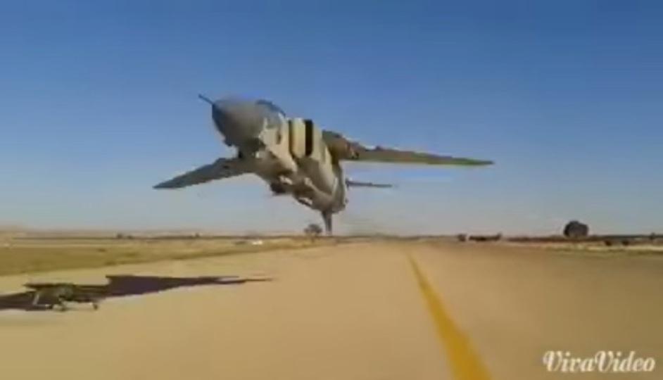 戦闘機が地面スレッスレで通過していく動画