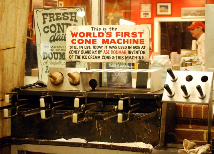 世界で最初のアイスクリーム・コーン製造機は今日もはたらいています