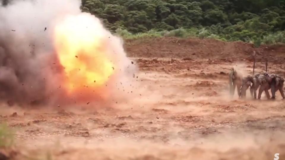 兵隊たちがブランケット一枚で爆発から身を守る様子をご覧ください