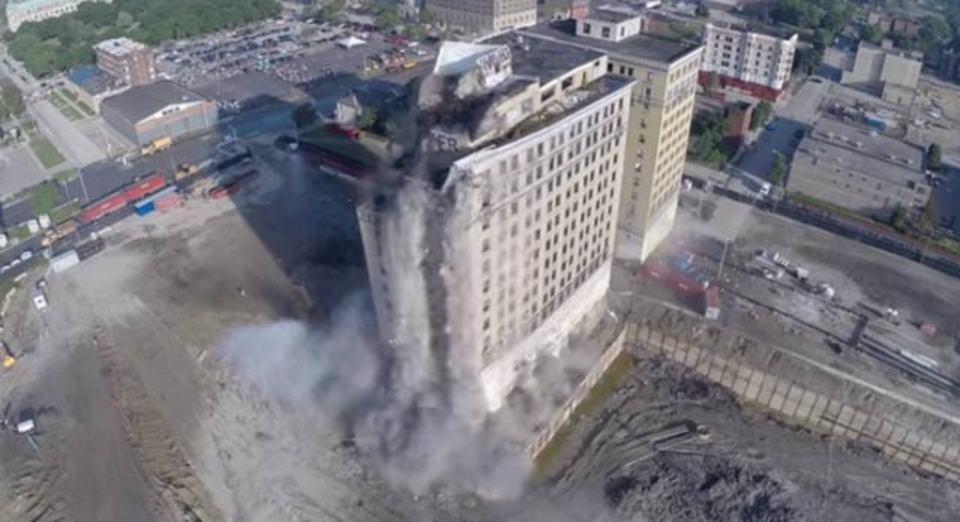 まるで映画の1シーン。ビル爆破解体の様子をドローンでドラマチックに空撮