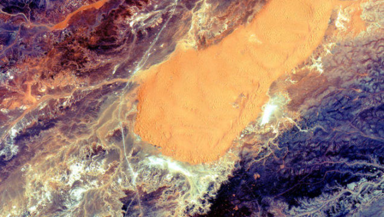 サハラ砂漠はさぞ暑かろうと衛星写真見たら、宇宙みたいだった