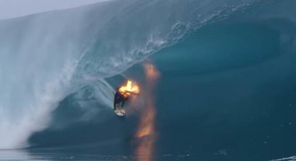 燃えながらサーフィンする人、その理由は…?