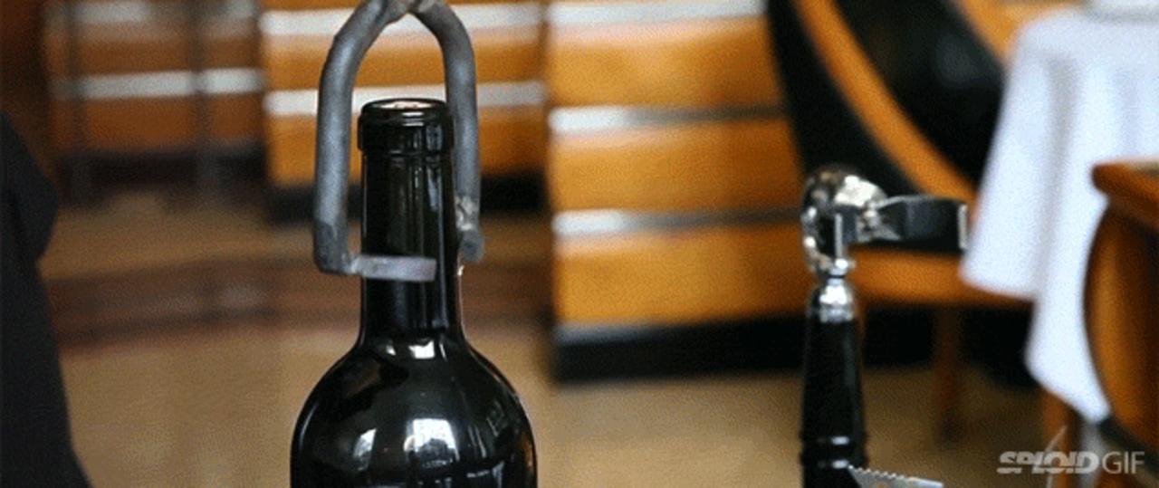 ニューヨークの人気店、ワインボトルの開け方がかなりワイルド