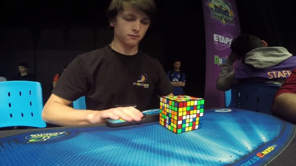 7×7のルービックキューブで世界記録をたたき出した少年