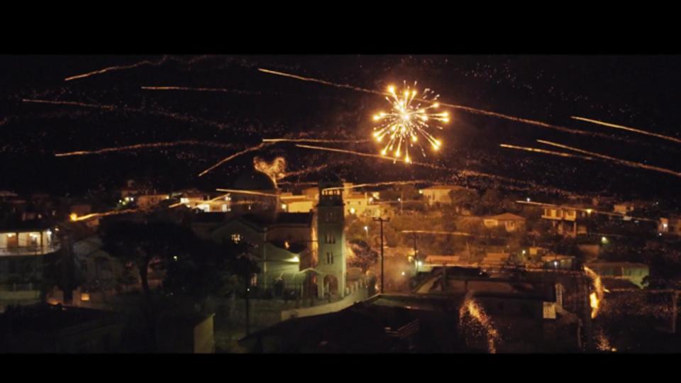 10万発の花火をお互いに撃ち合う花火大会があります
