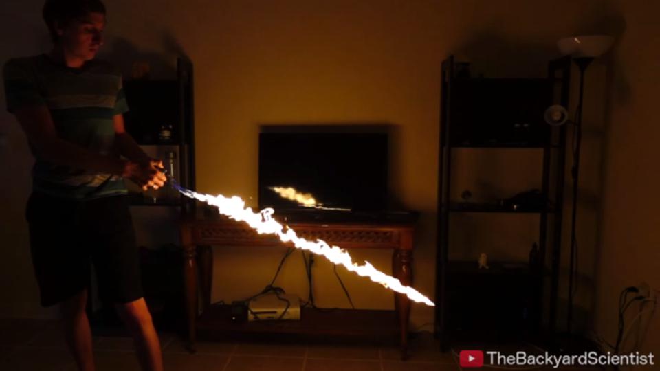 科学実験で漫画のような炎の剣を作っちゃいました