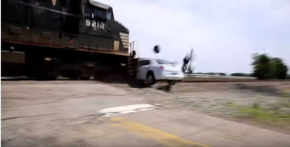 リムジンが列車に横っ腹をド突かれるも意外と…
