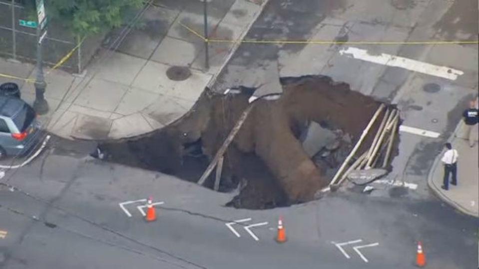 いきなり道路が陥落。ニューヨーク交差点に巨大な穴あらわる