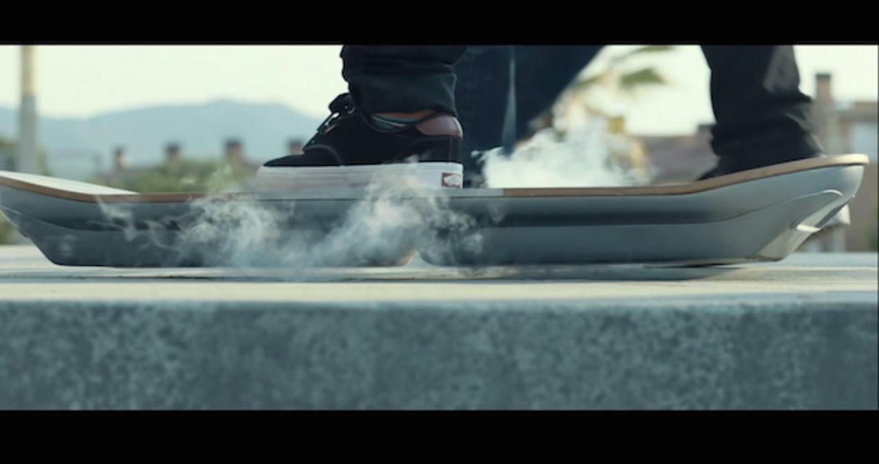 スーーッ…レクサスの宙に浮く「ホバーボード」ついに登場