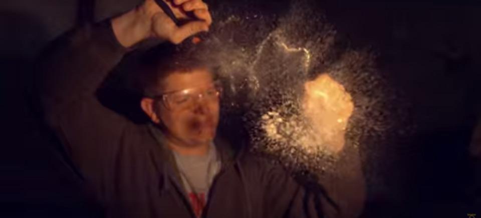 パッと消える花火もいいけど、パッと粉々になるガラスもなかなかいい