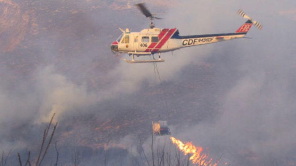 山火事に向かってさらに火を噴射するヘリコプターが出現