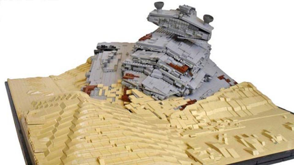 スター・ウォーズ新作映画の1シーン、墜落したスター・デストロイヤーをレゴで