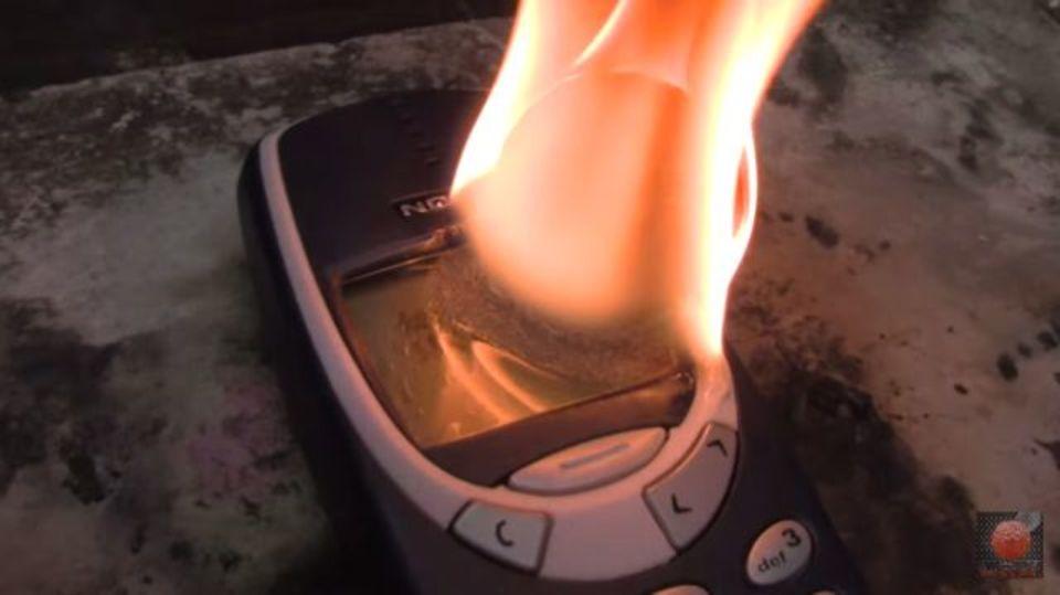アッツアツに熱したニッケル球、破壊不能なNokia 3310に挑む