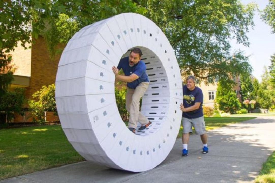 iMacの箱をどんどん重ねたら…人力大車輪になっちゃった