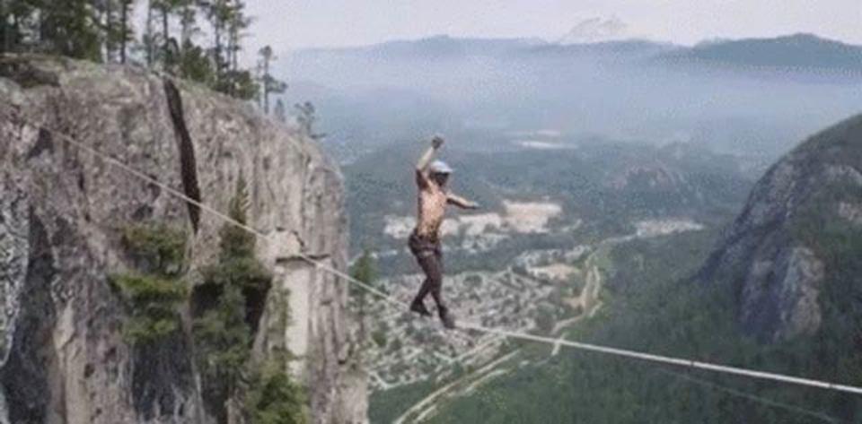 命綱なし! 地上290メートル、崖の間の綱渡りをドローンで空撮