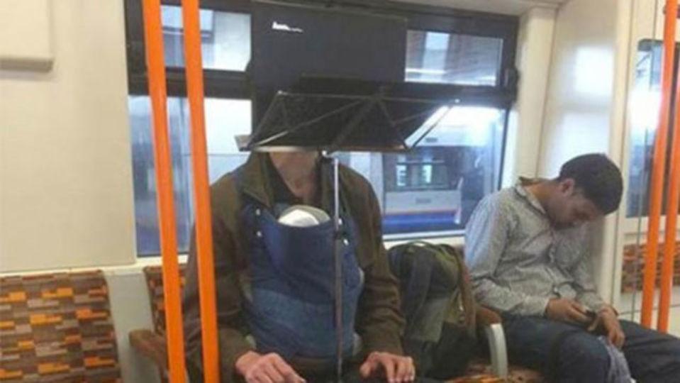 ノートPCと譜面台で電車をハック! 英国に「テクノ父ちゃん」現る