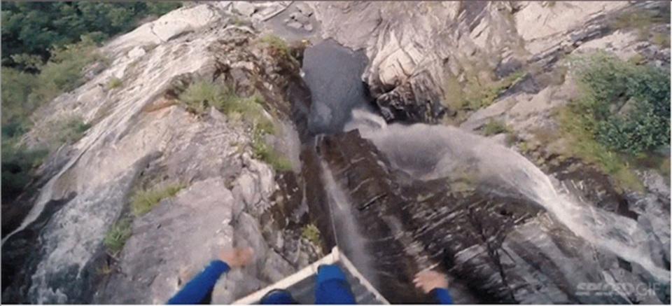 まさにエクストリーム! 60mの崖から飛び降りる