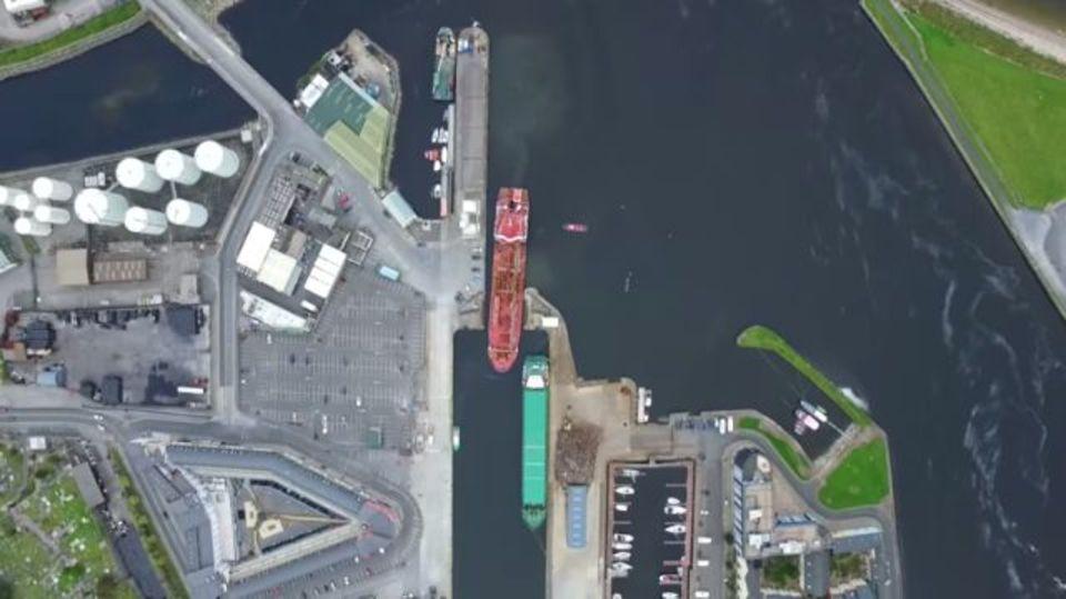 すっれすれで見事に入港。船体感覚抜群のタンカー