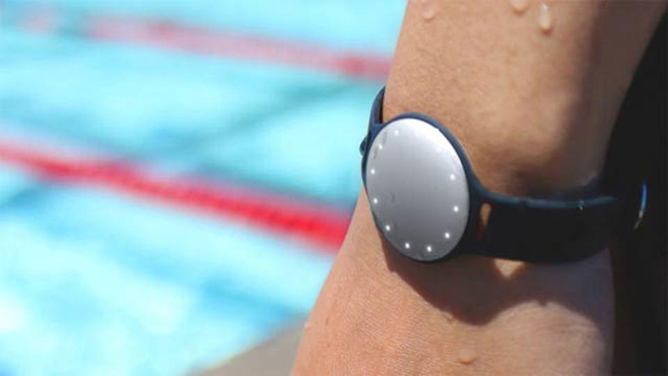 Speedo × Misfit、水泳に特化したフィットネス端末「Speedo Shine」を開発